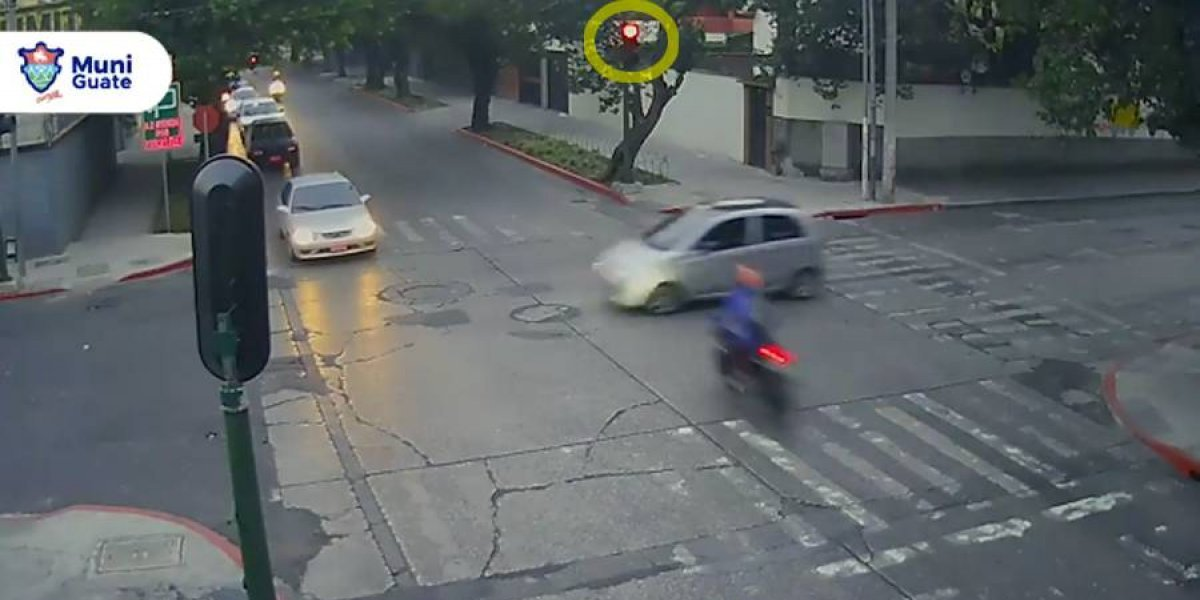 VIDEO. Motorista se pasa semáforo en rojo y protagoniza violento choque