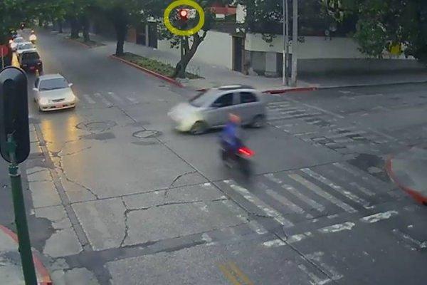 Motorista se pasa el semáforo en rojo