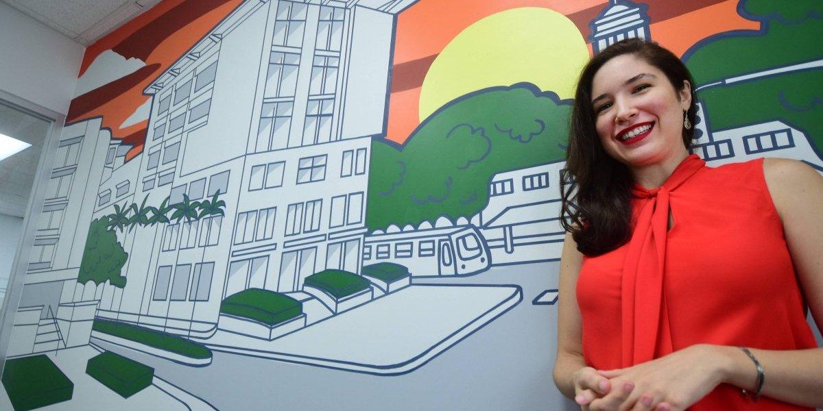 Artista transforma oficinas comerciales con vistosos murales