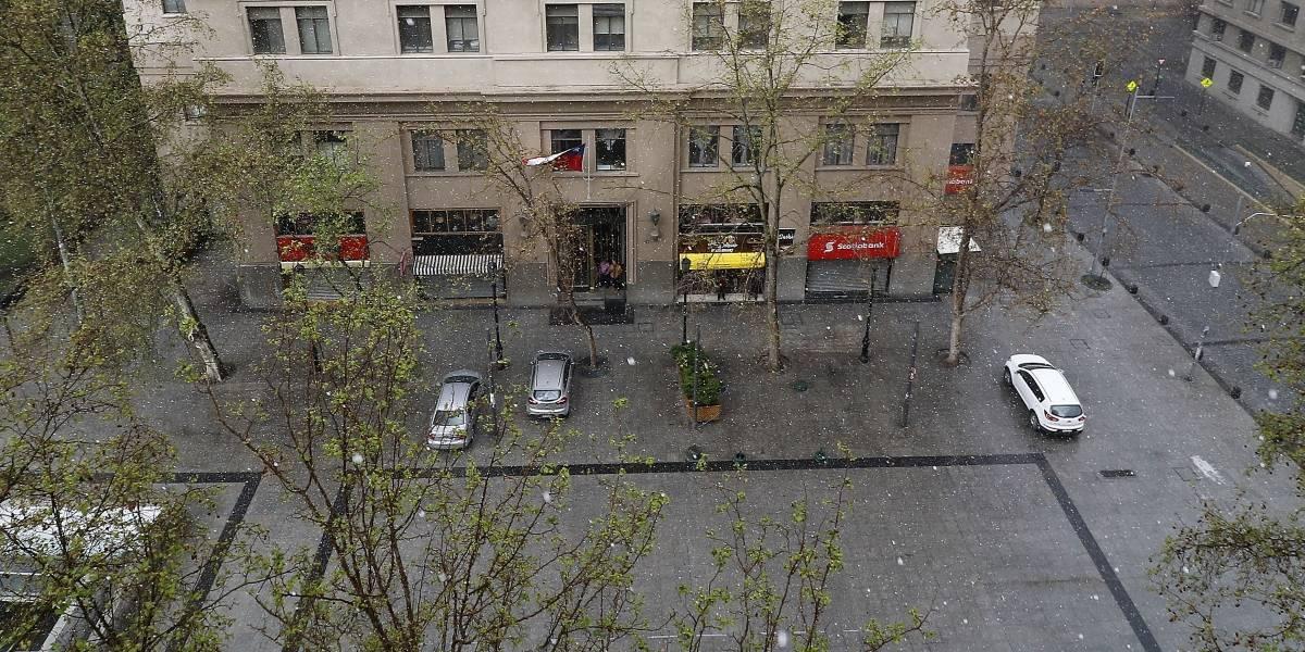 Sigue el mal tiempo en la capital: granizada dieciochera sorprendió en el centro de Santiago