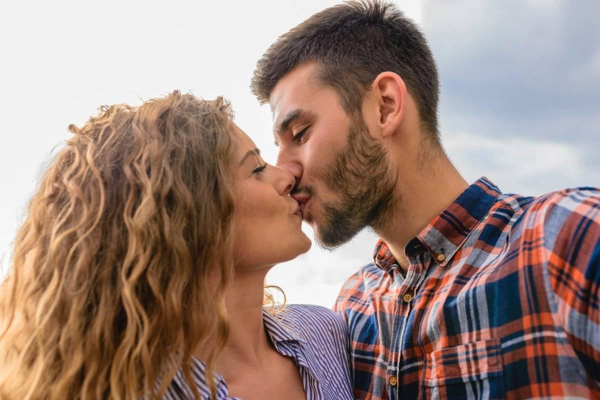 cómo excitar a un hombre con un beso