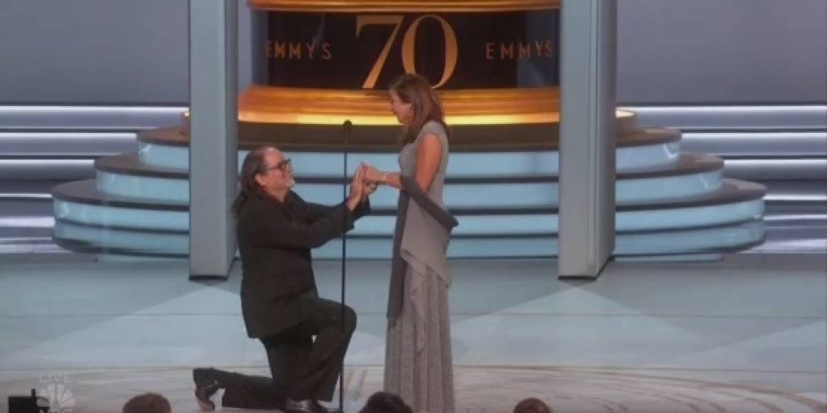 """""""Lloré como estúpido"""": ganador del Emmy le propone matrimonio a su novia en vivo y emociona a las redes sociales"""