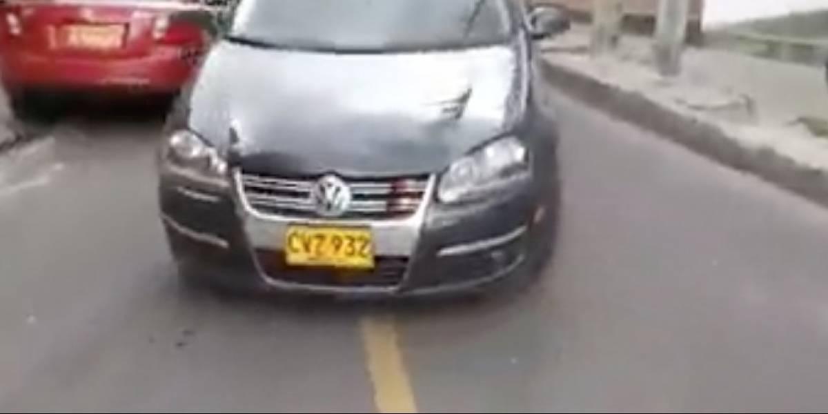 La 'chambonada' de un operador de grúa que casi destruye un vehículo