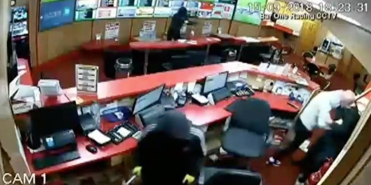 Video: anciano se enfrenta a ladrones y frustra asalto en bar