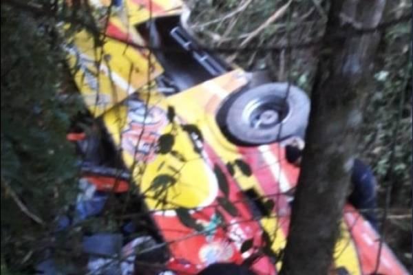 Dos fallecidos tras vuelco de bus en la vía Balsas-Machala