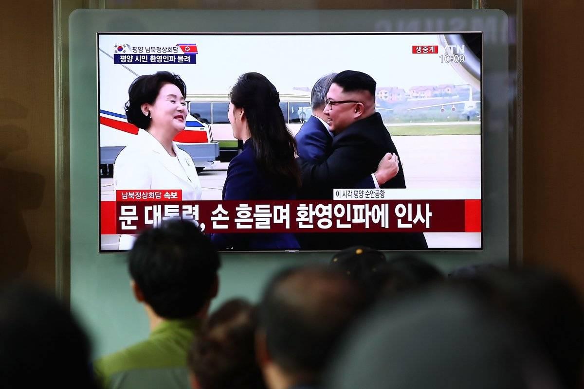 Horas antes, Kim recibió a su llegada al aeropuerto de Pionyang a Moon con un abrazo, un emotivo gesto que ya escenificaron en sus primeras dos citas de abril y mayo este año. Foto: Getty Images