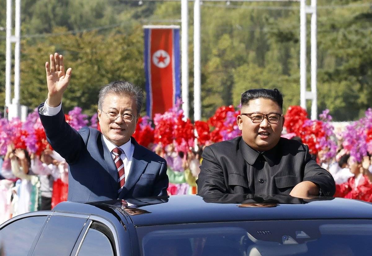 """En los comentarios que abrieron la reunión -lo único a lo que se concedió acceso a medios- Kim subrayó lo """"muy cercanos"""" que se han vuelto ambos mandatarios este año Foto: Getty Images"""