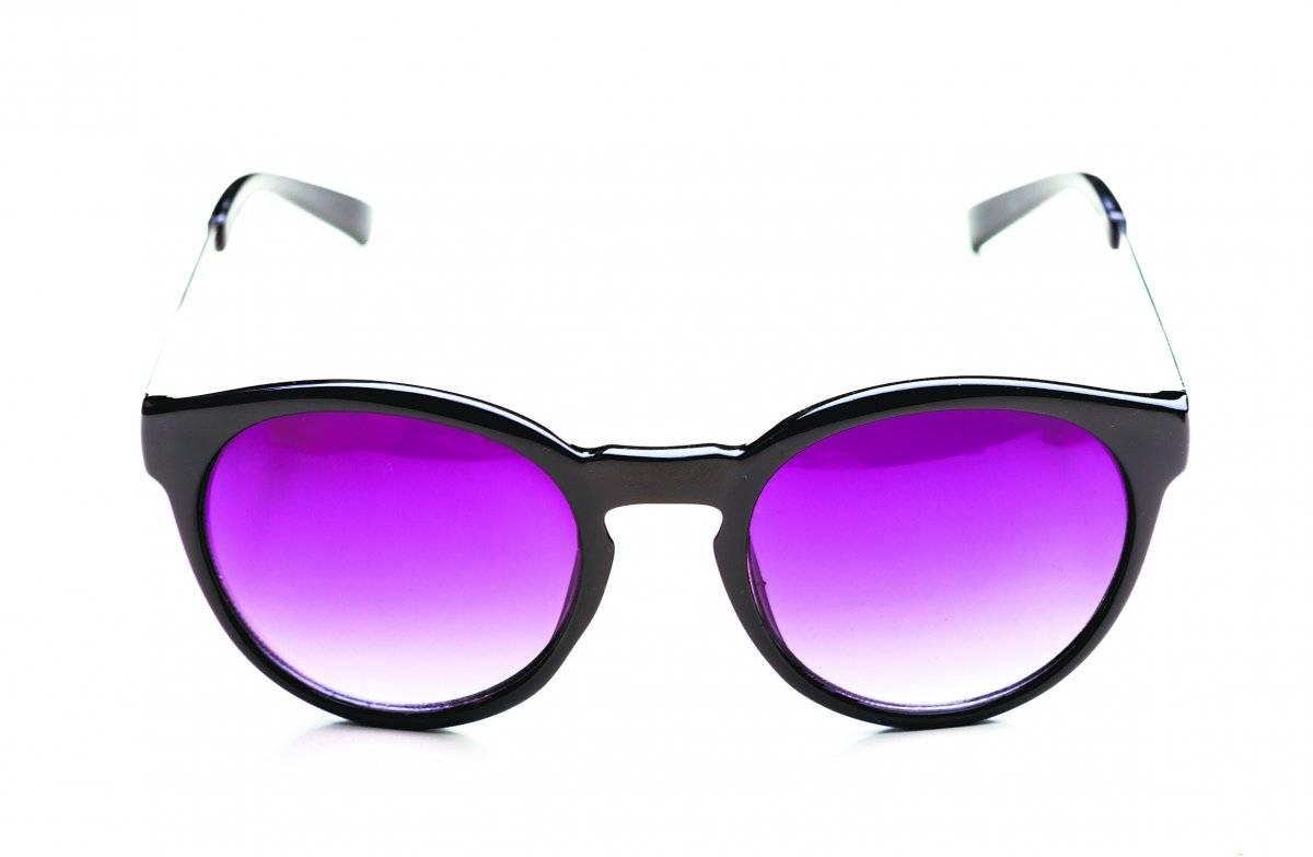 Óculos com lentes coloridas. O auge foi com Neo e Trinity na trilogia Matrix. Nós também vimos a Britney e o grupo N'Sync usando. Agora, celebridades como Gigi Hadid e Selena Gomez usam os óculos de lentes coloridas e quase toda grande loja tem desses para vender. iStock
