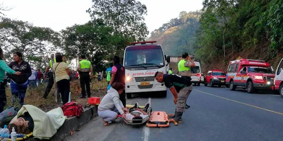 Autobús cae a un abismo en Ecuador y deja 12 muertos