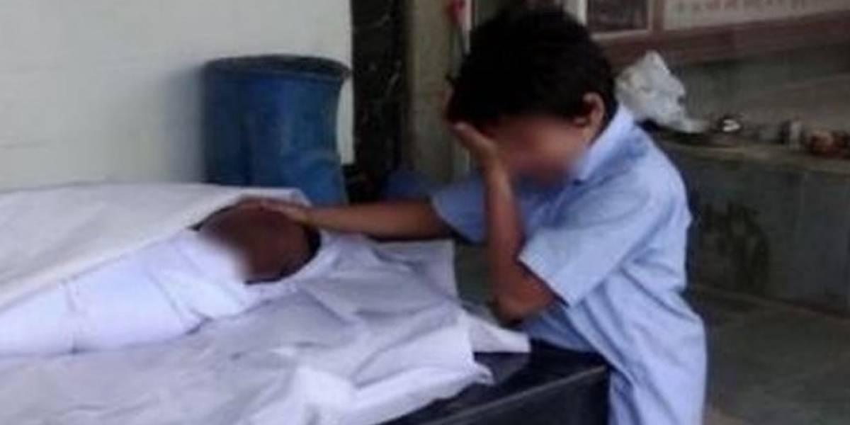 La conmovedora foto de un niño con su padre muerto en India con la que se recaudaron US$43.000 en un día