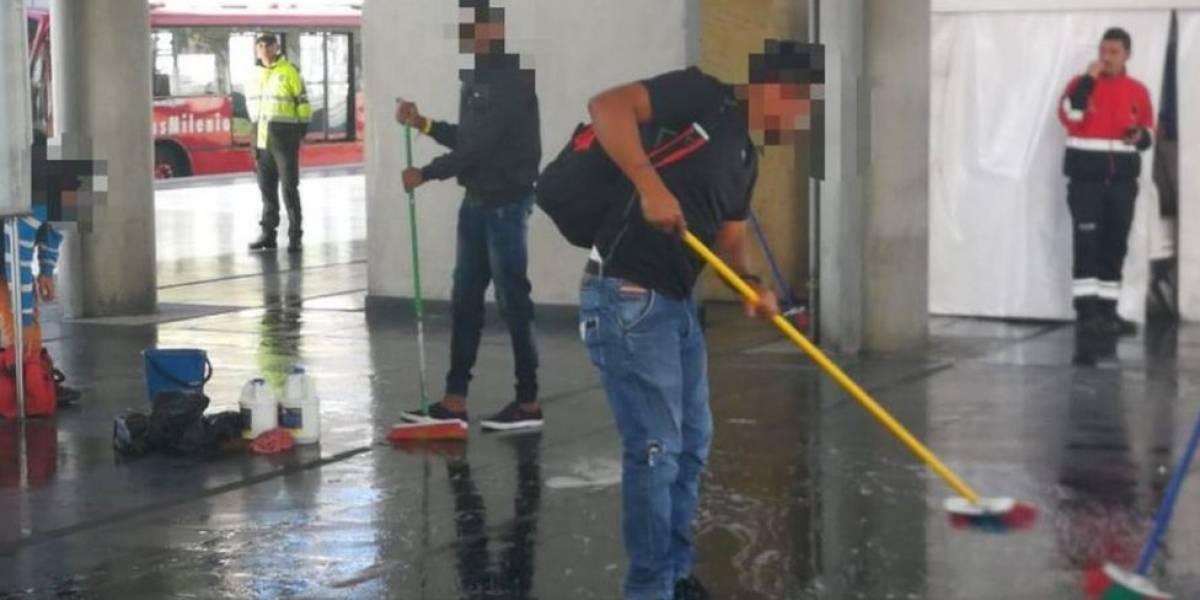 Grupo flagrado tentando usar ônibus sem pagar na Colômbia é obrigado a limpar o chão