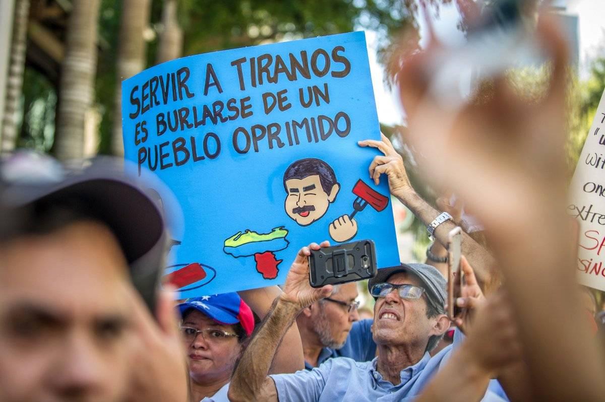 Venezolanos en Miami protestaron frente al restaurante del chef Salt Bae que recibió a Maduro