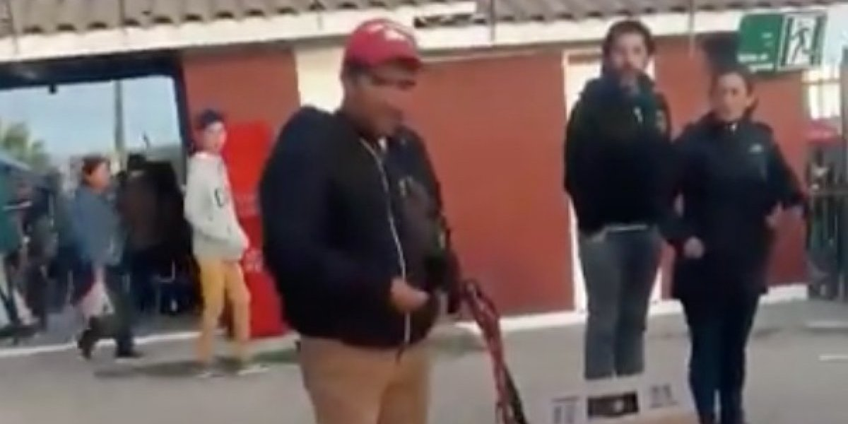 Vendedor perdió todos sus dulces tras darse vuelta su carrito y público lo sorprendió con maravilloso gesto en la fiesta de La Pampilla