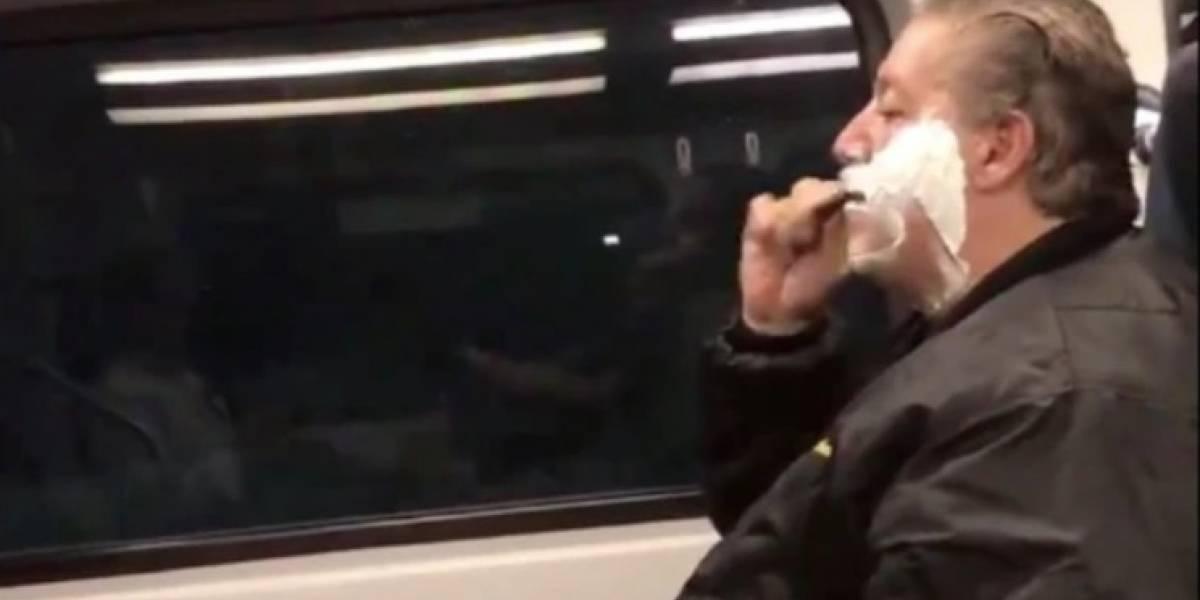 Se rasura en tren, redes lo acribillan y revela triste verdad (VIRAL)