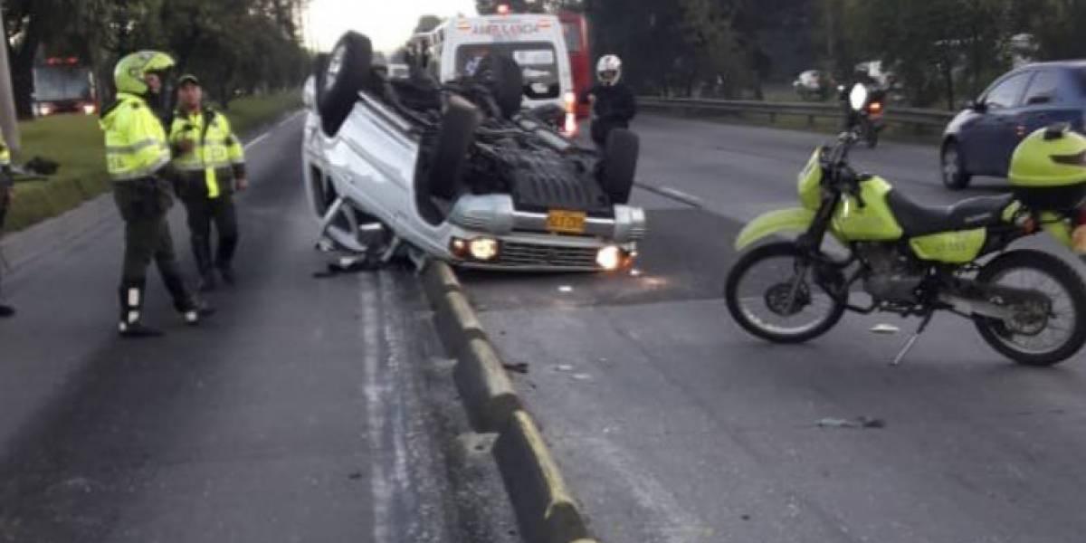 Carro termina volcado e invade carril de TransMilenio