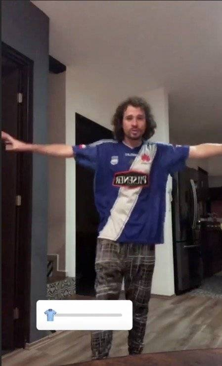 VIDEO: Luisito Comunica se puso la camiseta de Emelec Captura de pantalla