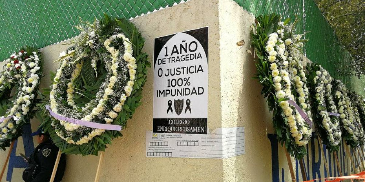 Con coronas florales piden justicia para víctimas del Colegio Enrique Rébsamen