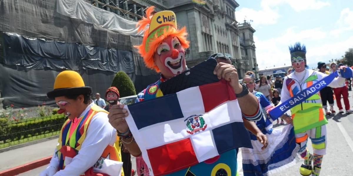 Color y sonrisas llenan la zona 1 con un desfile de payasos