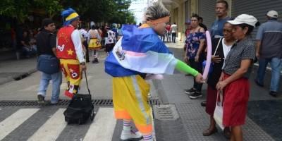 desfile de payasos en la zona 1