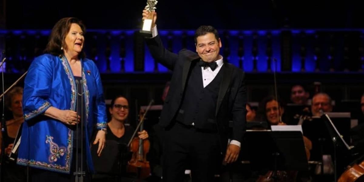 Tenor mexicano triunfa en Hungría; gana concurso de canto