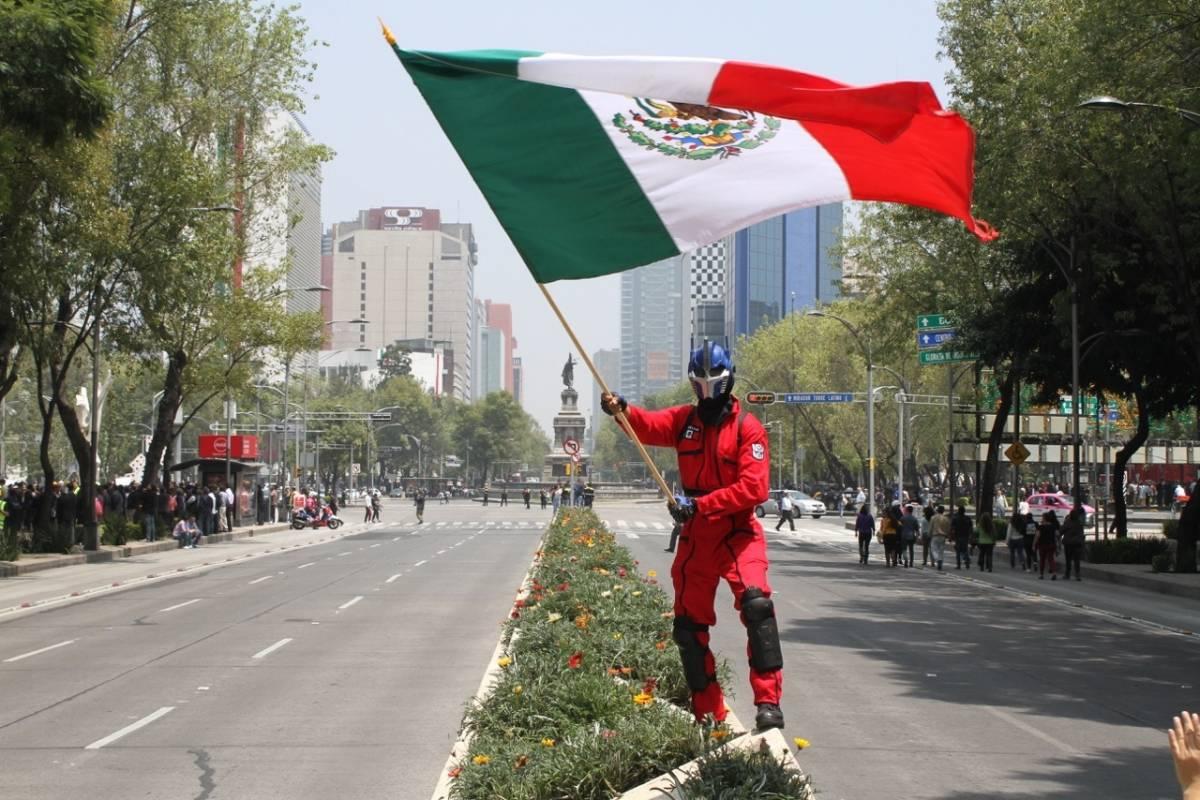 Elemento de Protección Civil ondea la bandera en simulacro Foto: Nicolás Corte | Publimetro