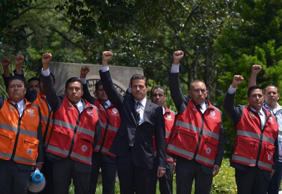 El presidente levantó el puño en señal de duelo por los fallecidos tras el sismo del año pasado. Especial