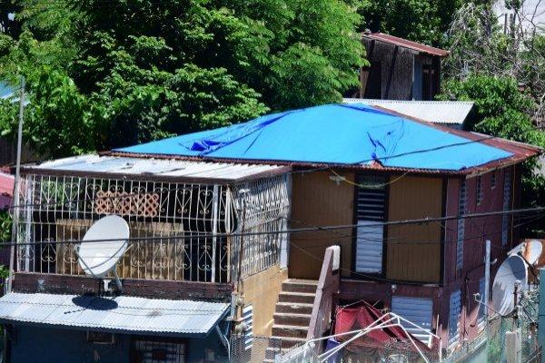 En un sondeo a varios alcaldes de la isla, Metro constató que a un año del huracán unas 25,000 casas aún están techadas con toldos azules. Denis A. Jones