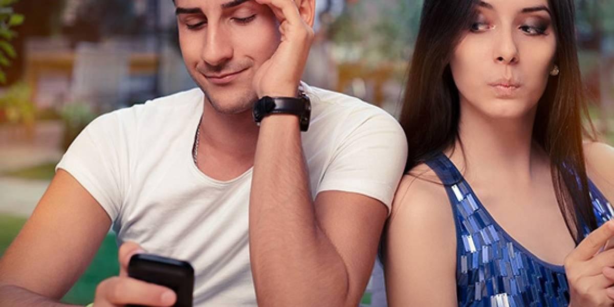 1 de cada 3 usuarios espía las redes sociales de su pareja