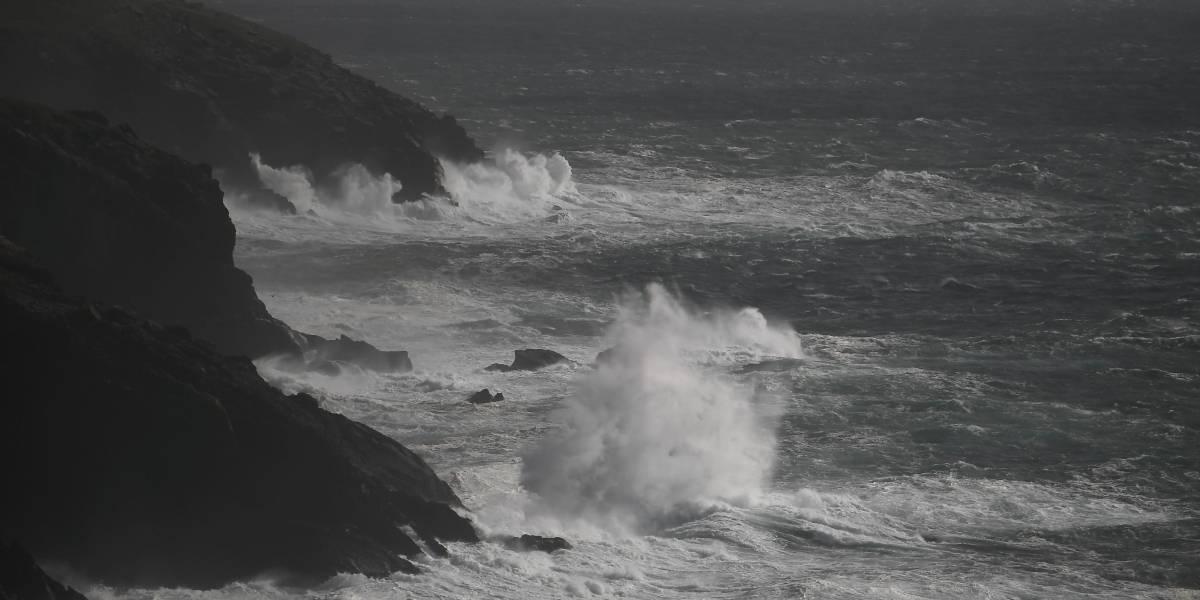 Mulher morre na Irlanda ao ter carro empurrado por fortes ventos de tempestade