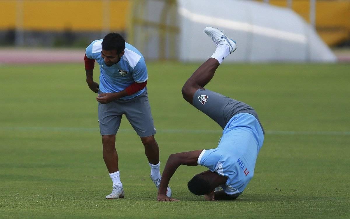 Los jugadores Júnior Sornoza (i) y Digâo (d) del Fluminense de Brasil participan en una sesión de entrenamiento
