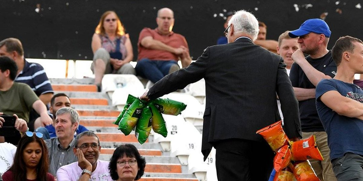 Presidente del Chelsea reparte papas a aficionados en las gradas