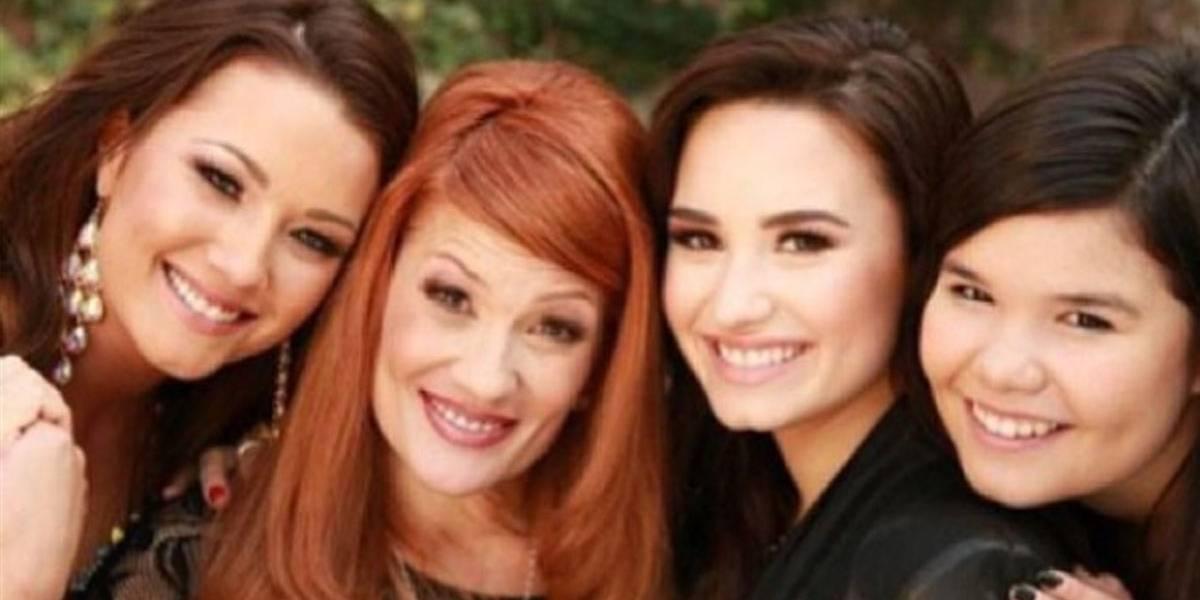 Mãe de Demi Lovato fala pela primeira vez sobre overdose: 'Por dois dias, não sabíamos se ela sairia dessa'