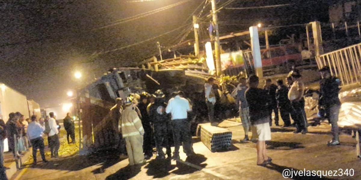 Dos personas mueren en choque entre camión y trailer colisionan en la carretera al Atlántico
