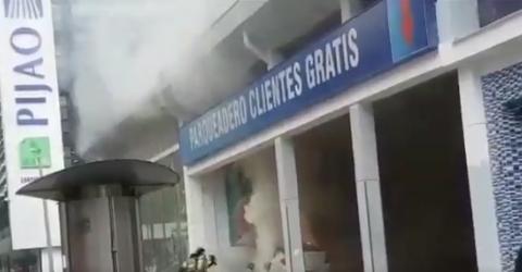 ¡Atención! Grave incendio en un parqueadero en Chapinero