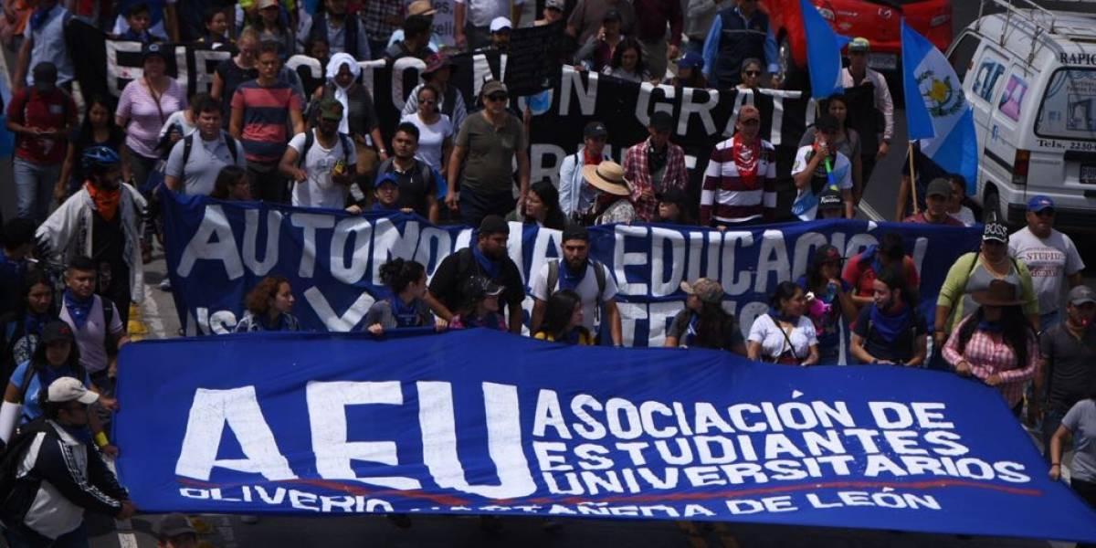 Las imágenes que marcan el paso de la marcha de la AEU en rechazo a la corrupción