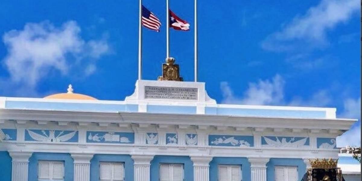 Banderas a media asta en duelo por las víctimas del huracán María