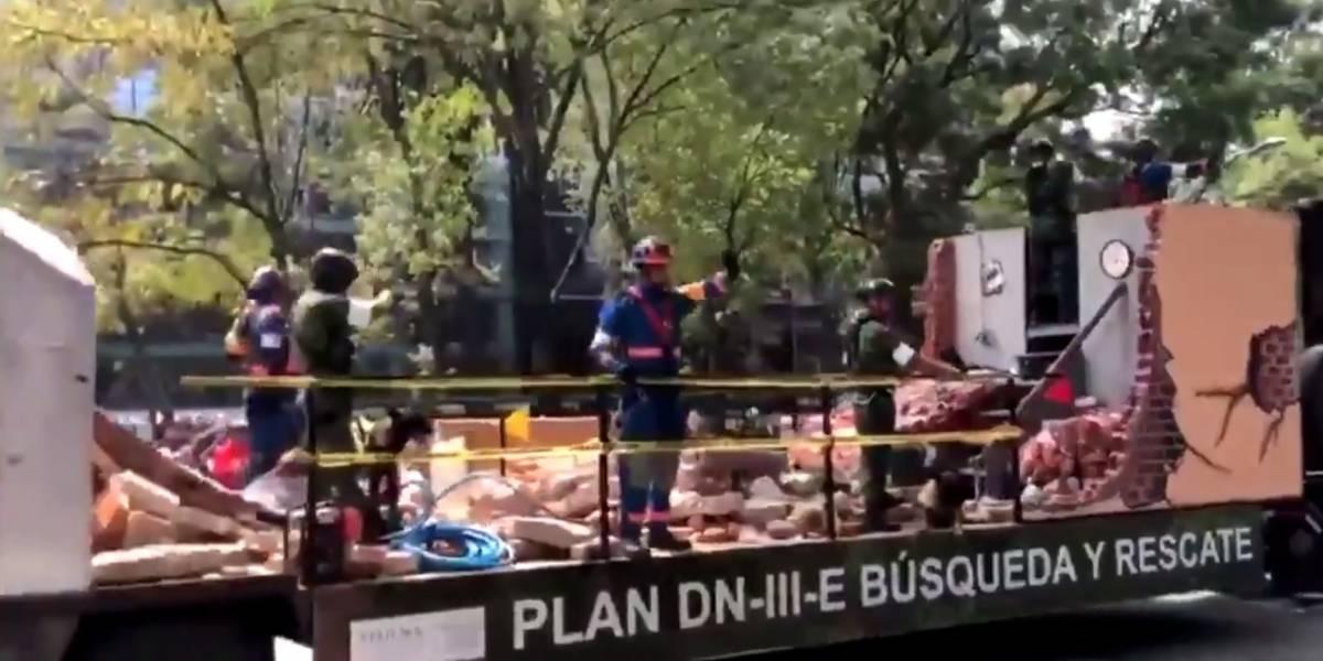 VIDEO. Mano que saluda entre los escombros durante desfile genera polémica en México
