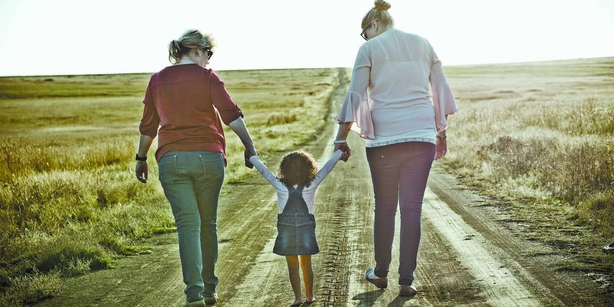 Uso excessivo do celular distancia pais e filhos e afeta saúde