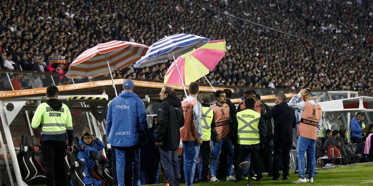 """Trastienda Monumental: Proyectiles, intercambio de camisetas y el """"ahorro"""" de energía marcaron la derrota de Colo Colo"""