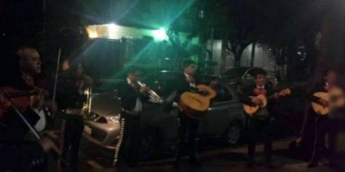 Contrató a unos mariachis para que le cantaran a su esposa y uno de los músicos descubrió que la mujer era su novia