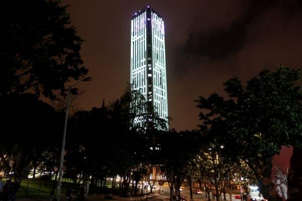 Hombre se lanza desde lo alto de la Torre Colpatria
