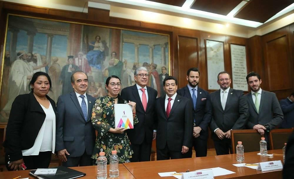 El secretario de Gobierno del Edomex, Alejandro Ozuna, entregó el Informe de Gobierno de Alfredo del Mazo al Congreso local Foto: Cortesía