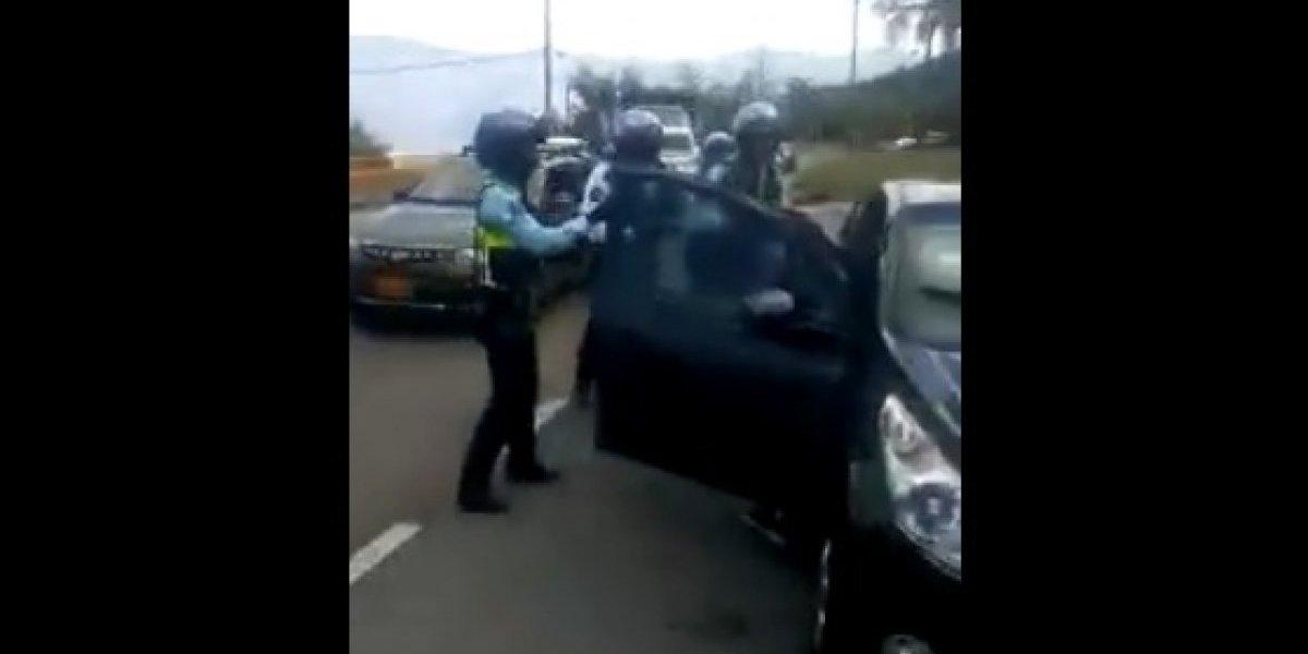 Video: Conductor pelea contra los agentes de tránsito en pleno operativo