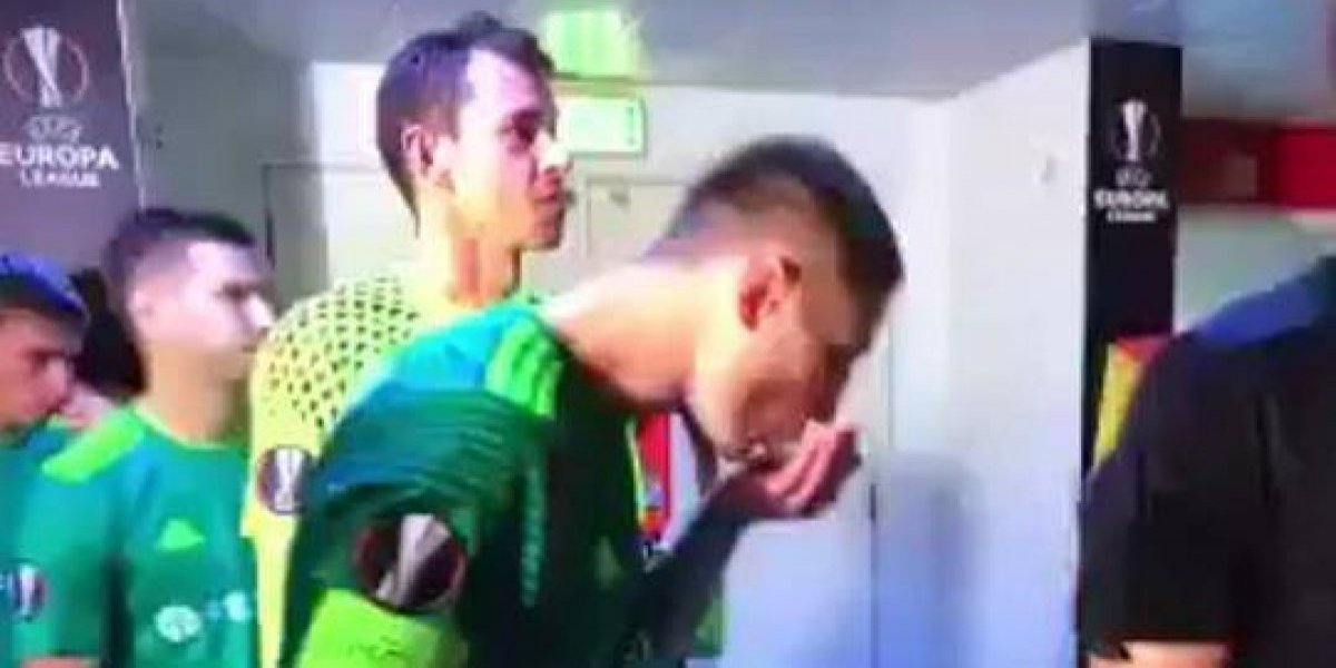 VIDEO. Jugador se enjuagó la cara con su saliva antes de iniciar la Europa League