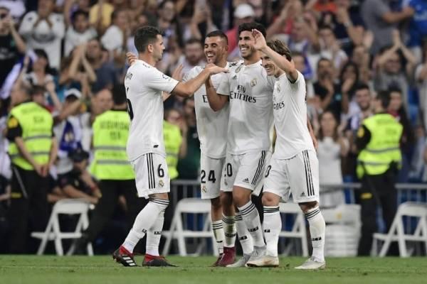 Los jugadores del Madrid celebran el gol de Asensio
