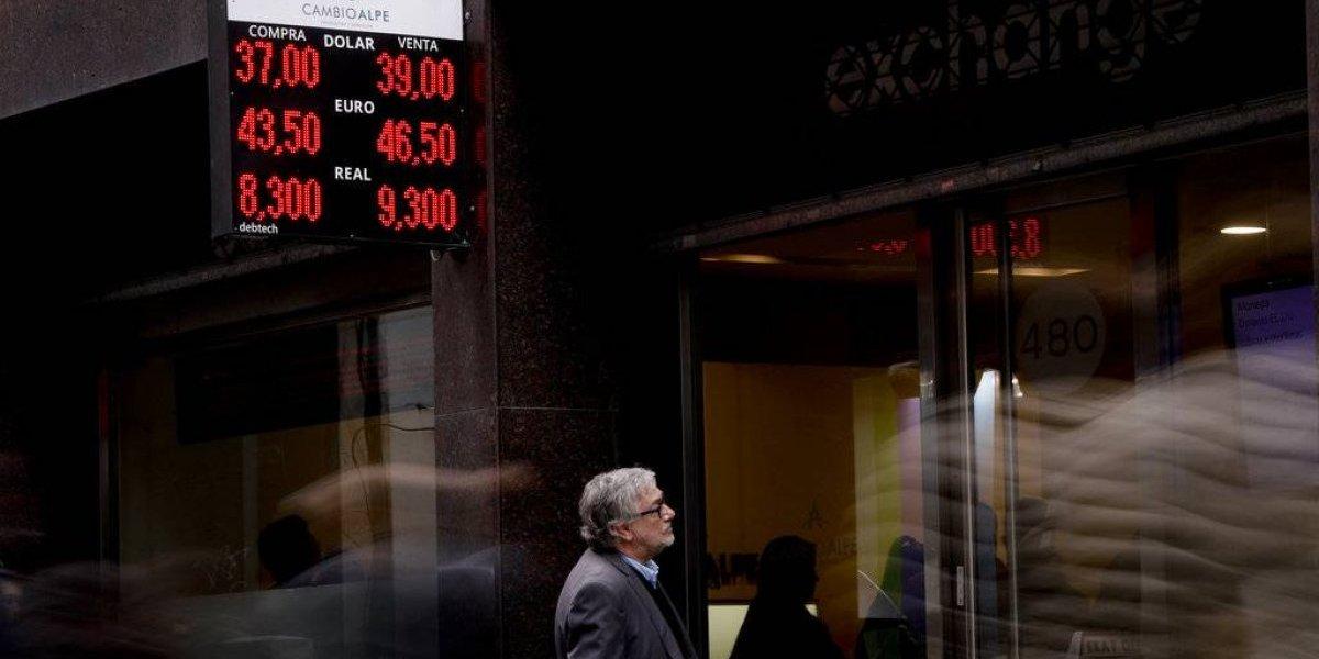 """Un suspiro en medio de la tempestad al otro lado de la cordillera: """"inminente"""" acuerdo con el FMI frena el desplome del peso argentino"""