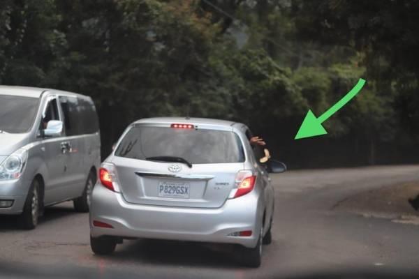 Lanzan basura desde un vehículo.