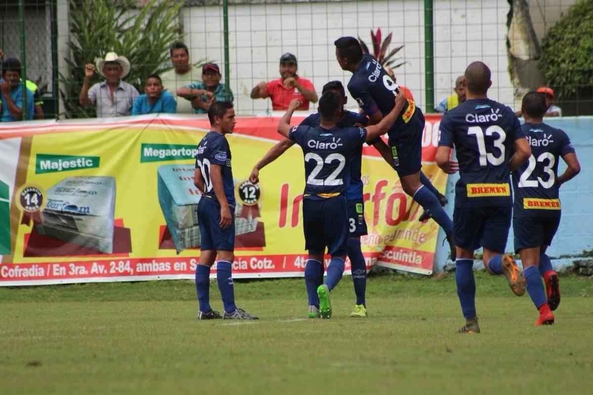 Los jugadores juveniles de Municipal celebran uno de sus goles
