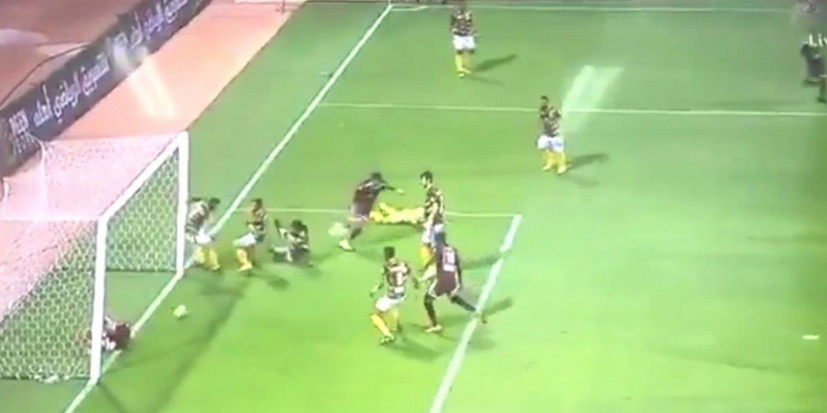 Jugador evita insólito gol de su equipo tras caer lesionado