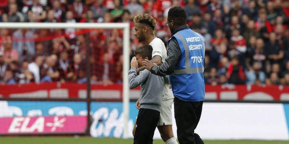 Neymar regala su camiseta a niño que se coló al campo
